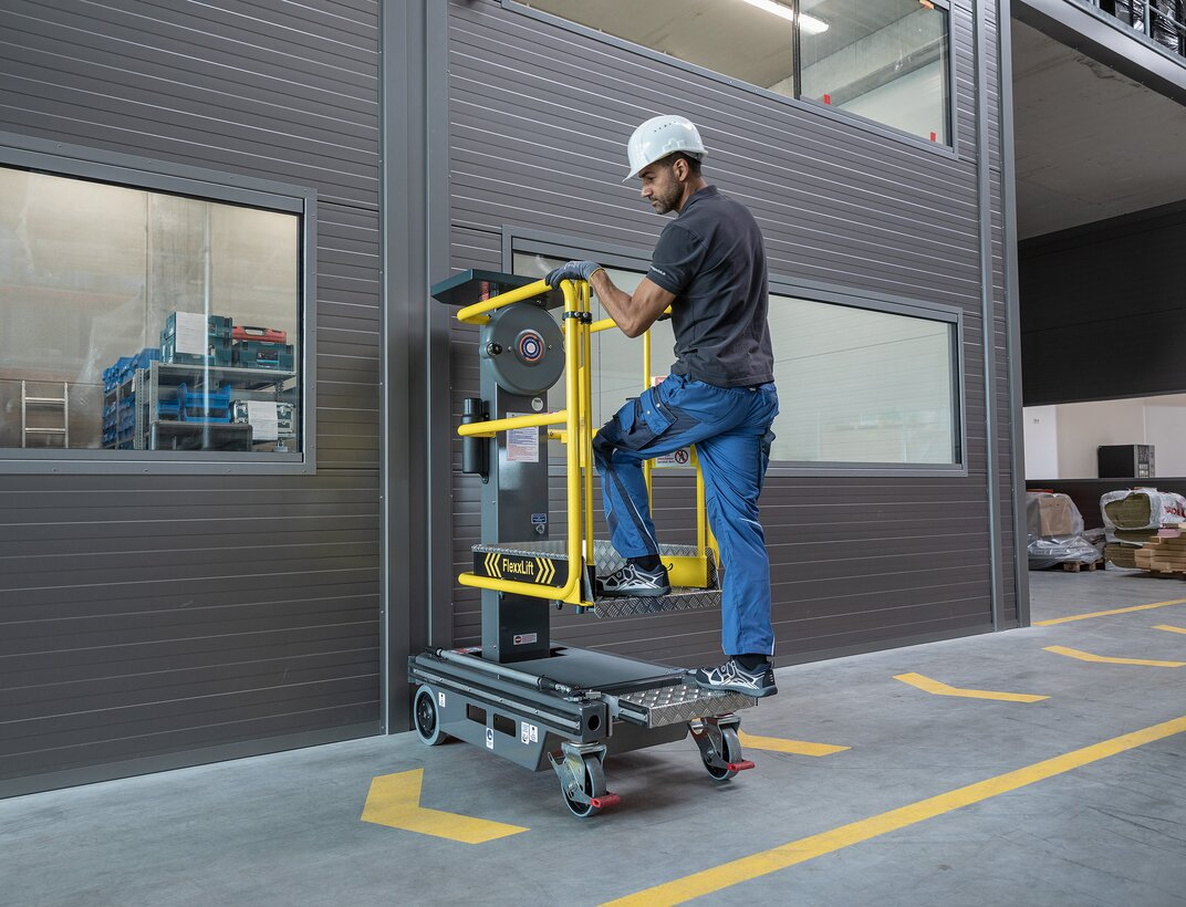 The new Günzburger Steigtechnik FlexxLift micro-lifting platform operates without electricity and is therefore mobile and can be used at any location.  | © Günzburger Steigtechnik GmbH